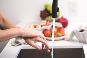 Persona che si lava le mani per la sicurezza alimentare