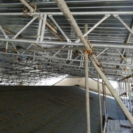 Tubi e travi di alluminio del ponteggio per i lavori al Santuario Madonna di Capodacqua